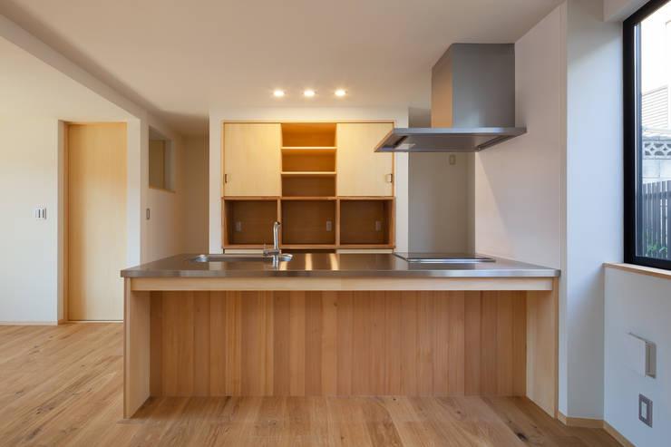 三橋の家: 山岡建築研究所が手掛けたキッチンです。