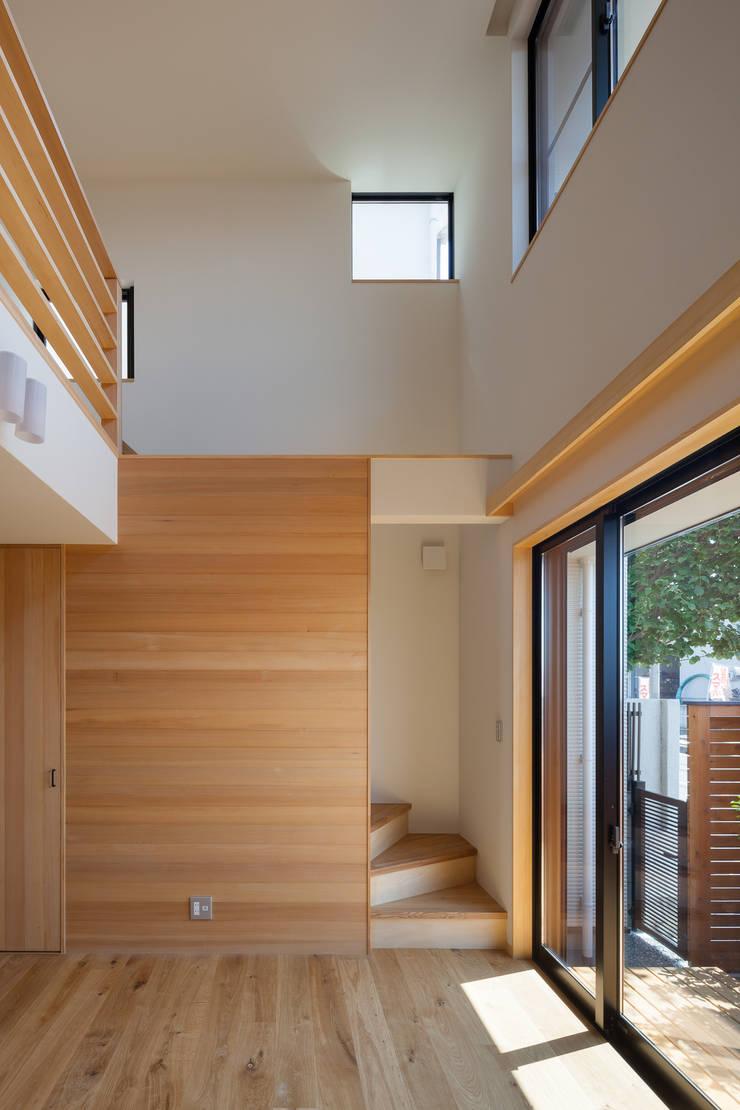 三橋の家: 山岡建築研究所が手掛けたリビングです。