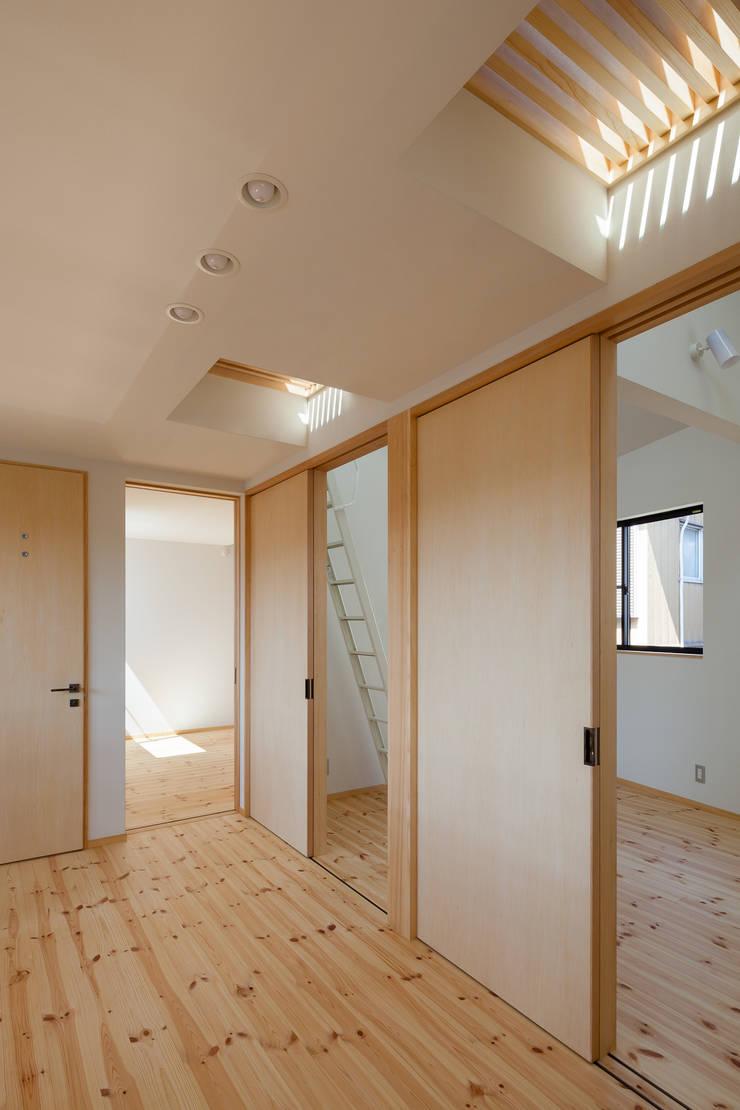 三橋の家: 山岡建築研究所が手掛けた廊下 & 玄関です。