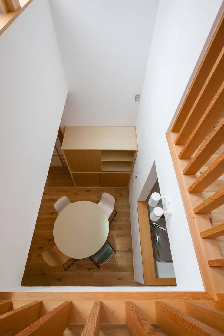 大塚の家: 山岡建築研究所が手掛けた廊下 & 玄関です。