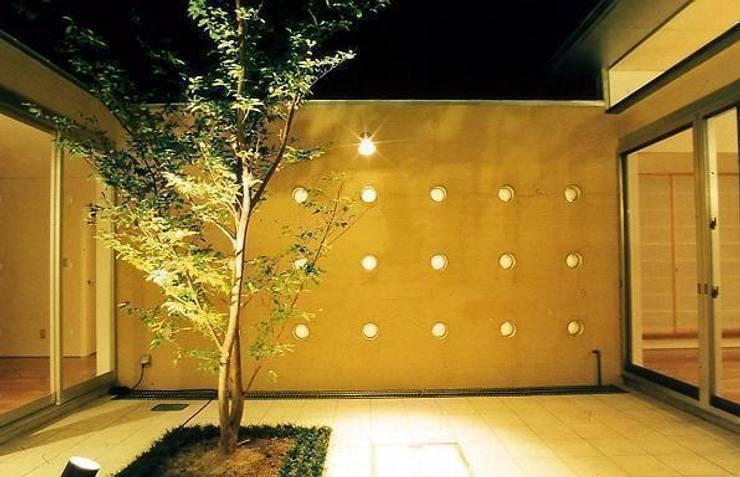Jardines de estilo  de 三浦尚人建築設計工房, Moderno Azulejos