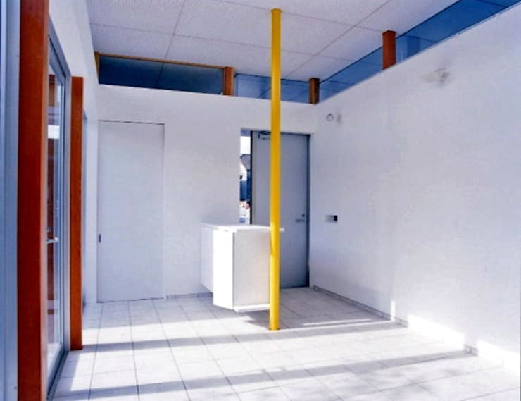Pasillos y vestíbulos de estilo  de 三浦尚人建築設計工房, Moderno Azulejos