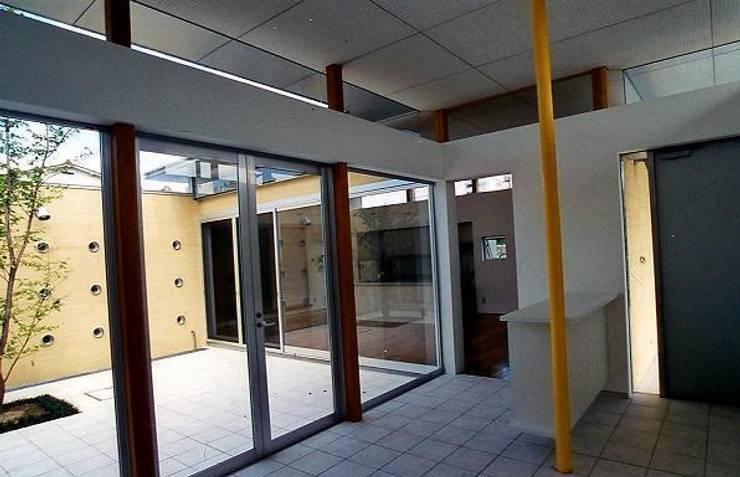 Pasillos y vestíbulos de estilo  de 三浦尚人建築設計工房, Moderno Granito