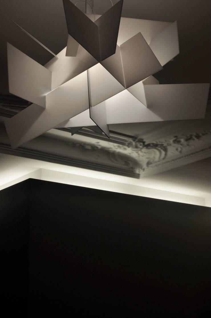 dialogue attributs contemporain et haussmannien: Salon de style  par officine TNT Architecture