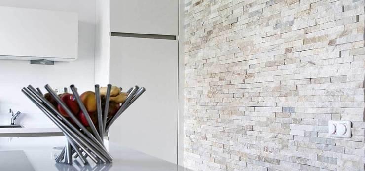 Accentwand in keuken met keukeneiland:  Keuken door Xcel Stones
