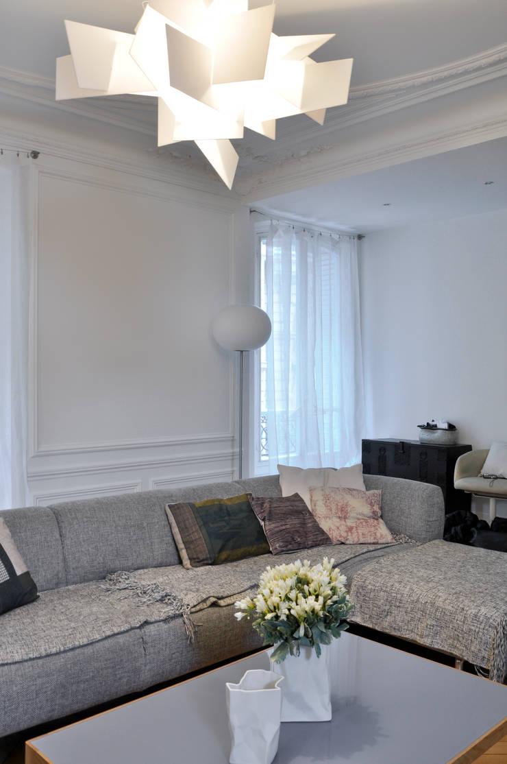 F16 - rénovation appartement haussmannien paris XVI: Salon de style  par officine TNT Architecture