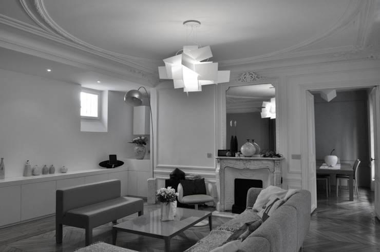 attributs de l'ancien et éléments contemporains: Salon de style  par officine TNT Architecture