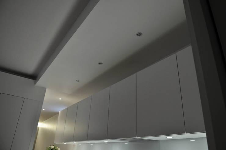 mise en oeuvres spécifiques: Cuisine de style  par officine TNT Architecture