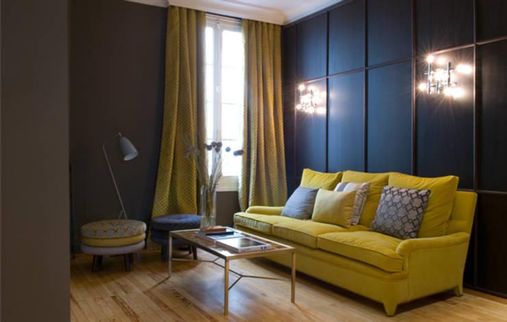 Sala de estar para showroom Grupo Lamadrid: Salones de estilo  de DyD Interiorismo - Chelo Alcañíz