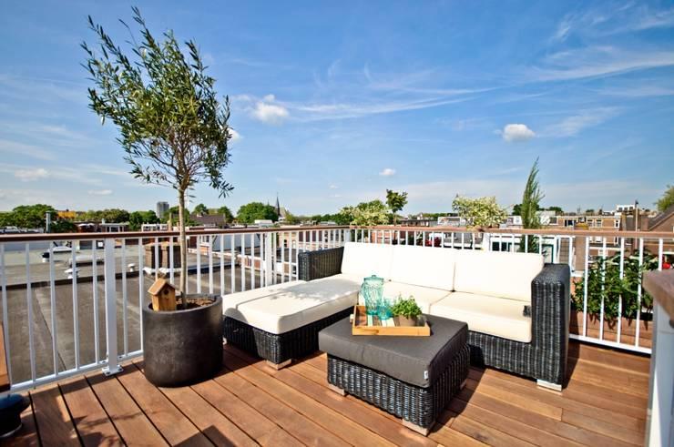Dakterras met crème wit (RAL9001) spijlen hekwerk & hardhouten dekregel Moderne tuinen van Renoparts Vianen B.V. | Uw Dakterras Specialist Modern