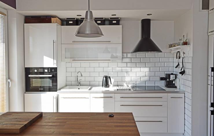 Widok na aneks kuchenny: styl , w kategorii Kuchnia zaprojektowany przez Denika
