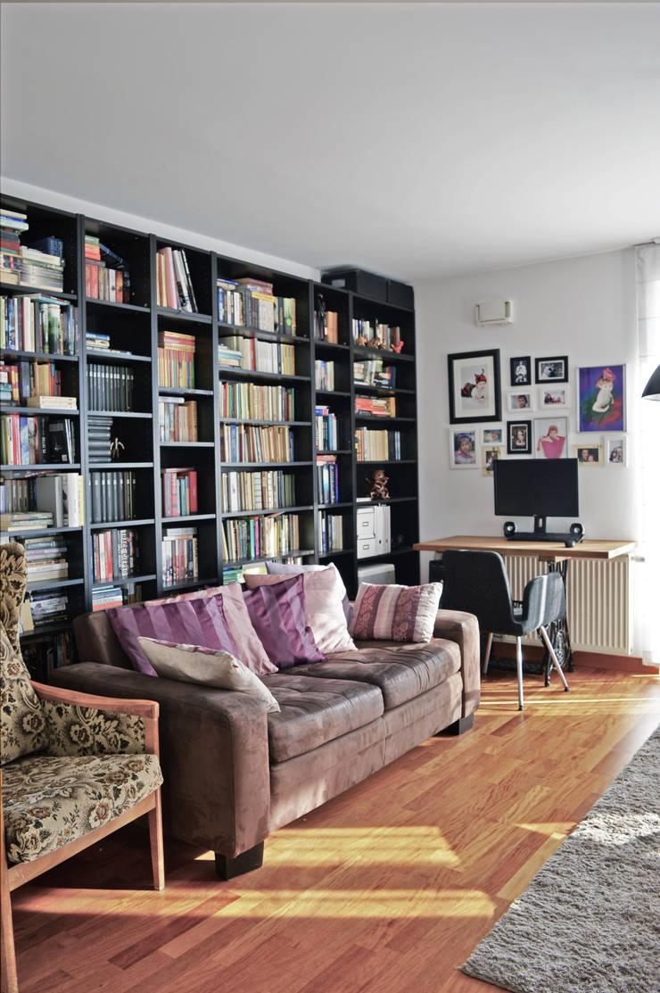 Widok na biblioteczkę i biurko na nogach od maszyny Singer: styl , w kategorii Salon zaprojektowany przez Denika