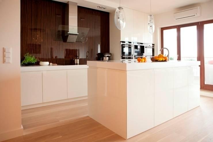 Kuchnia z wyspą: styl , w kategorii Kuchnia zaprojektowany przez living box