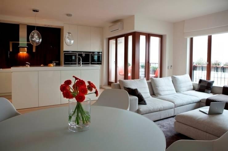 Salon z otwartą kuchnią : styl , w kategorii Salon zaprojektowany przez living box