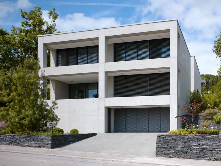 Ansicht Strasse: minimalistische Häuser von PaulBretz Architectes