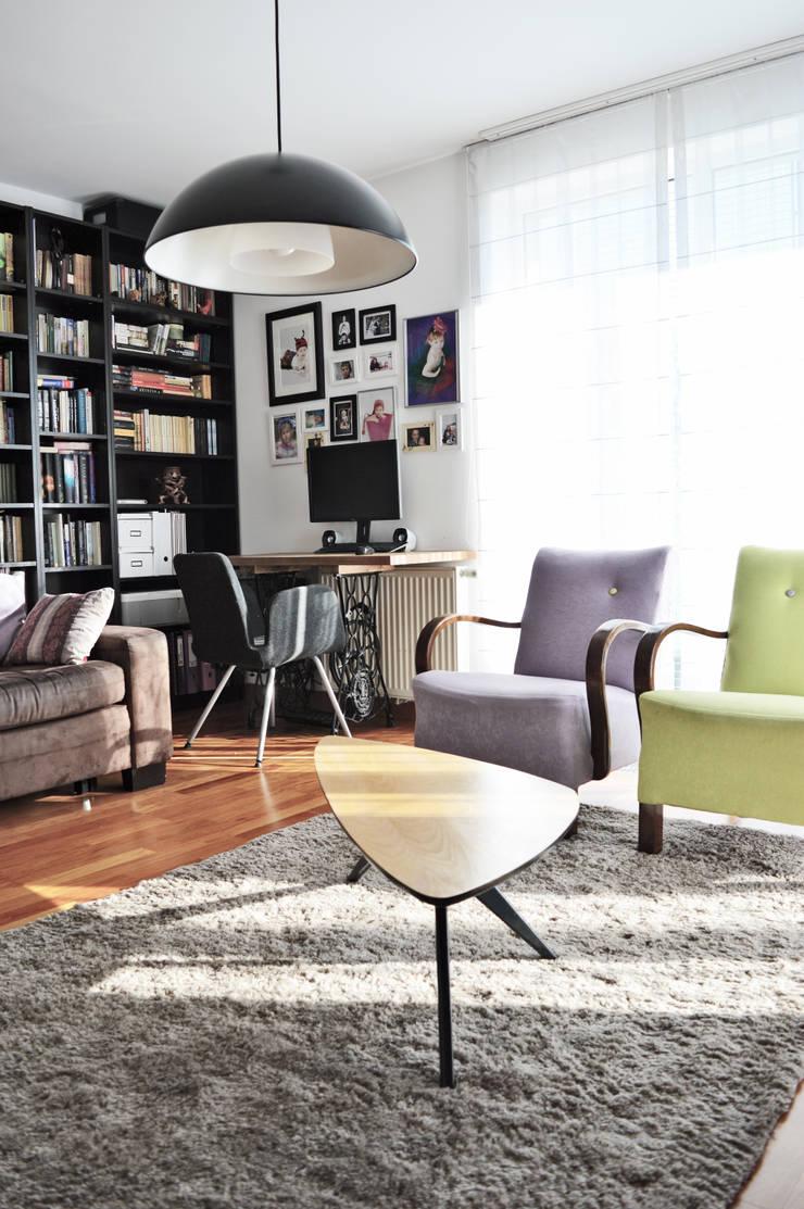 Widok na biurko na nogach od maszymy Singer: styl , w kategorii Salon zaprojektowany przez Denika