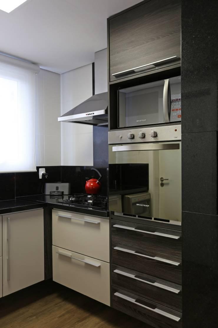 APARTAMENTO AV IGUAÇU: Cozinhas  por DIARNA GUS ESCRITORIO DE ARQUITETURA