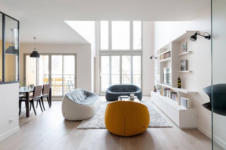 Triplex Ile de la Jatte: Salon de style de style Moderne par am alexandra magne