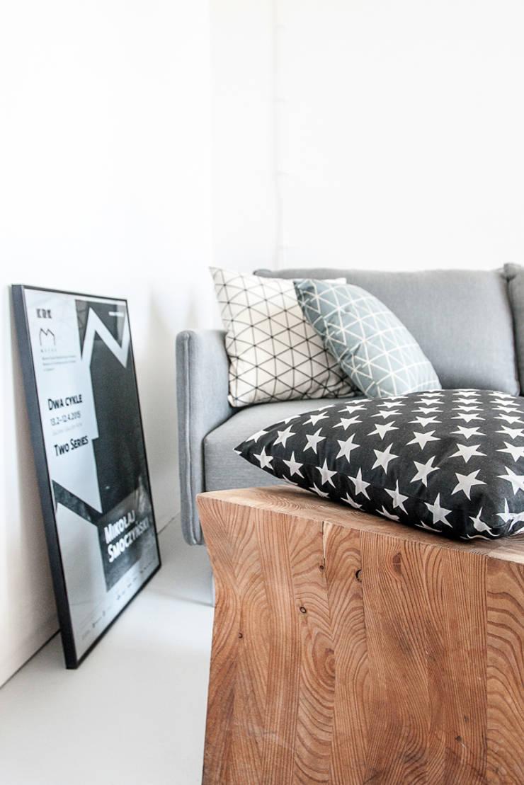Black and White: styl , w kategorii Salon zaprojektowany przez Lilla Sky