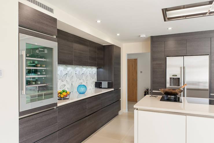 Urban Style Magnolia satin & Terra oak kitchen:  Kitchen by Urban Myth
