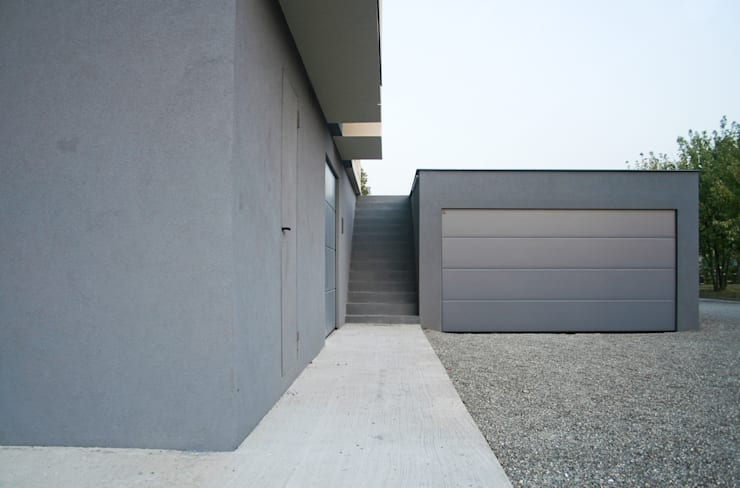 HDBV – housedouble quattro castella: Garage/Rimessa in stile in stile Moderno di NAT OFFICE - christian gasparini architect