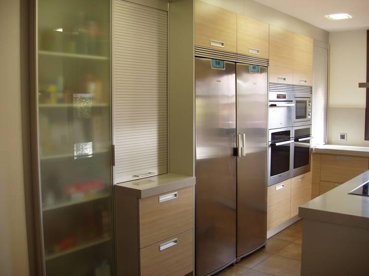 Side by Side: Cocinas de estilo  de Nivell Estudi de Cuines, S.L