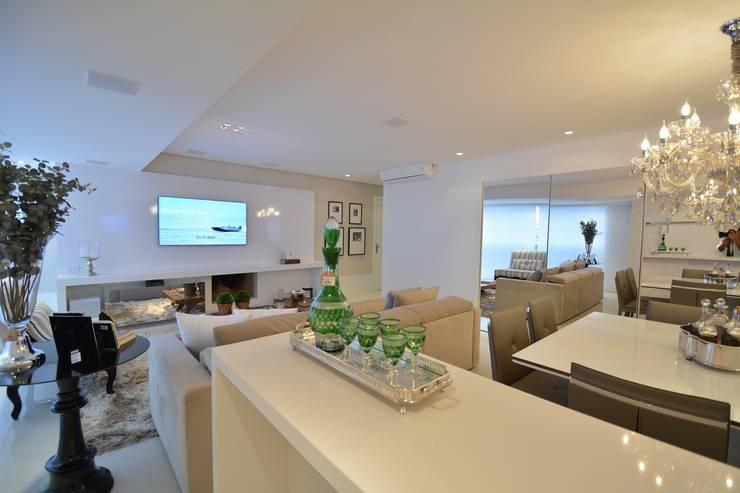 Living Room – Branco Total: Salas de estar  por WB ARQUITETURA  - Lisiane Wendel e Simone Bertuzzo