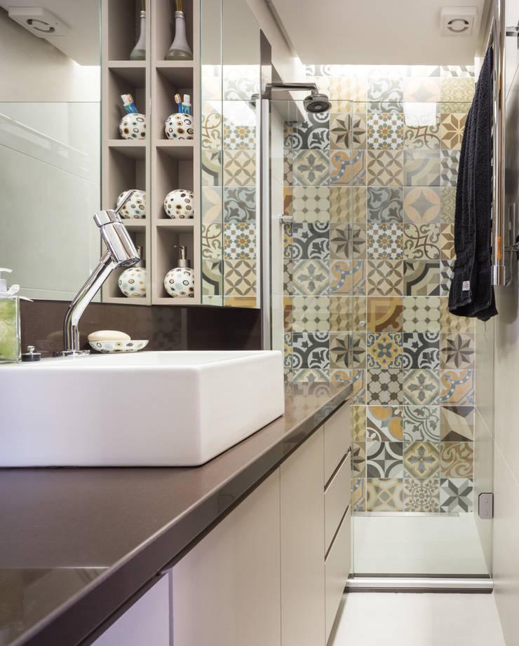 MCC | Projeto de Interiores: Banheiros  por Kali Arquitetura,