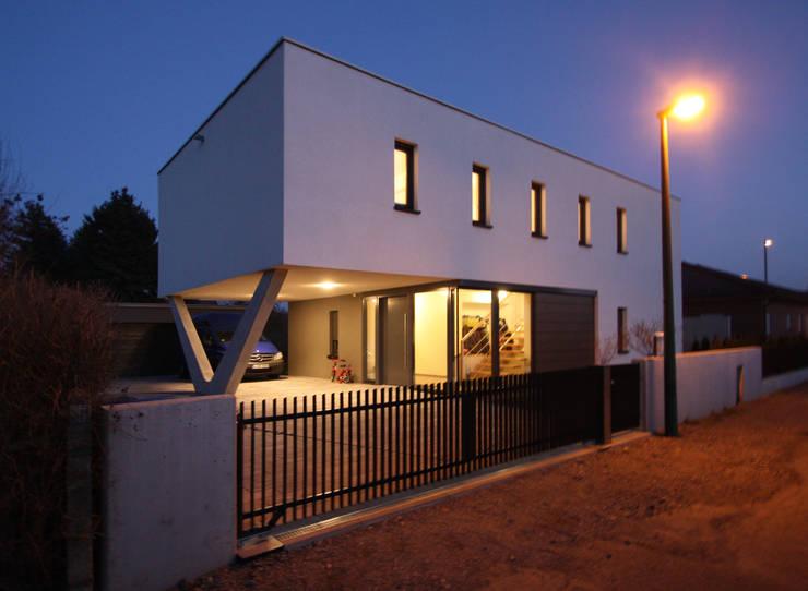 Ansicht Nordwest - Straßenansicht: minimalistische Häuser von Architekturbüro Reinshaus
