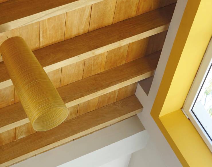 Dettaglio solaio di rovere naturale: Soggiorno in stile in stile Moderno di Aroma Italiano Eco Design