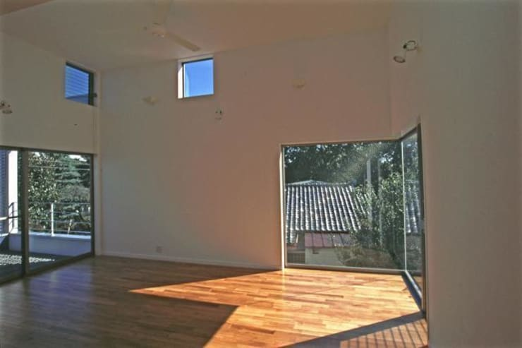 借景を取り込んだ家: 三浦尚人建築設計工房が手掛けたリビングです。
