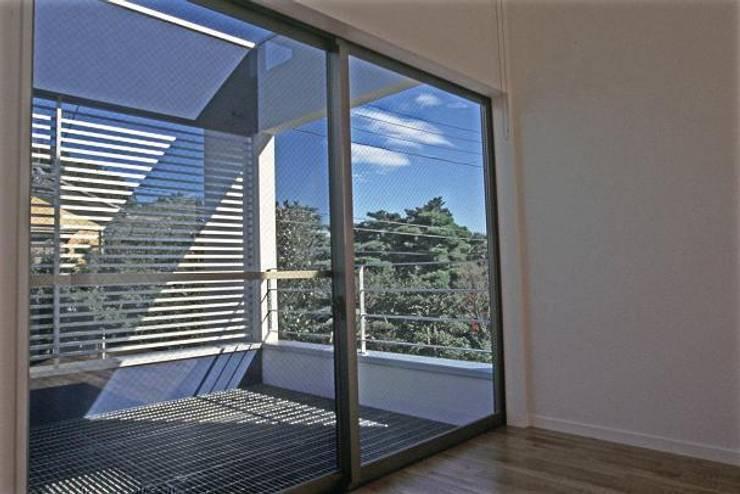 借景を取り込んだ家: 三浦尚人建築設計工房が手掛けたテラス・ベランダです。