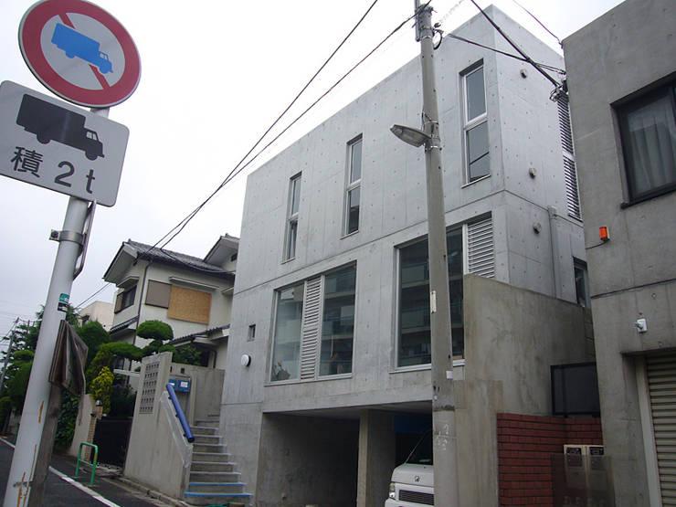 ギャラリーを併設した二世帯住宅: 三浦尚人建築設計工房が手掛けた家です。