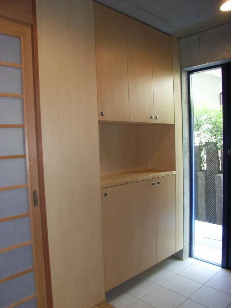 ギャラリーを併設した二世帯住宅: 三浦尚人建築設計工房が手掛けた窓です。