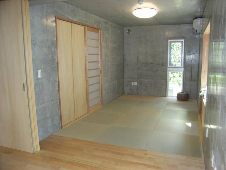 ギャラリーを併設した二世帯住宅: 三浦尚人建築設計工房が手掛けた和室です。