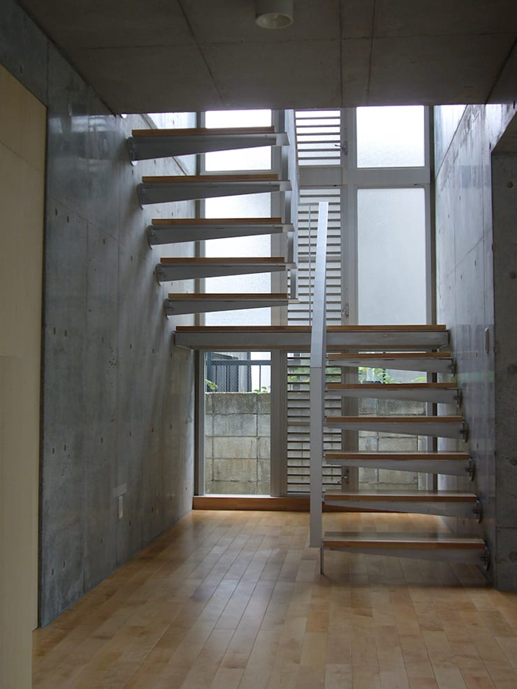 ギャラリーを併設した二世帯住宅: 三浦尚人建築設計工房が手掛けた廊下 & 玄関です。