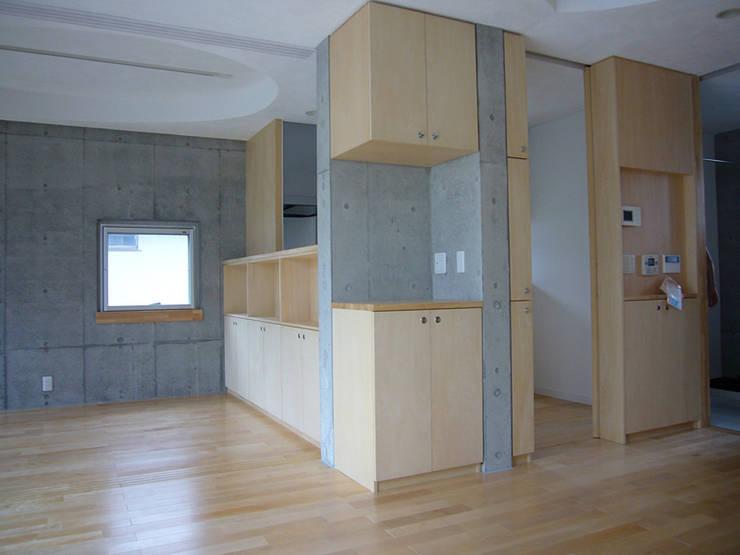ギャラリーを併設した二世帯住宅: 三浦尚人建築設計工房が手掛けたダイニングです。