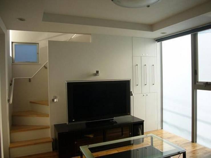 狭小地に建つ木造三階建て住宅: 三浦尚人建築設計工房が手掛けたリビングです。,