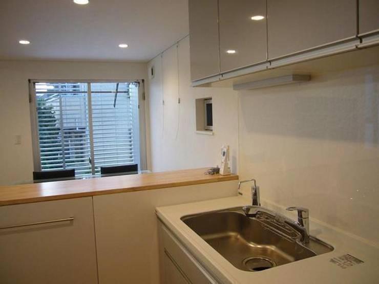 狭小地に建つ木造三階建て住宅: 三浦尚人建築設計工房が手掛けたキッチンです。,
