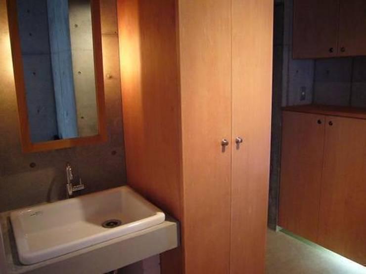 中庭と坪庭のあるガレージハウス: 三浦尚人建築設計工房が手掛けた浴室です。,