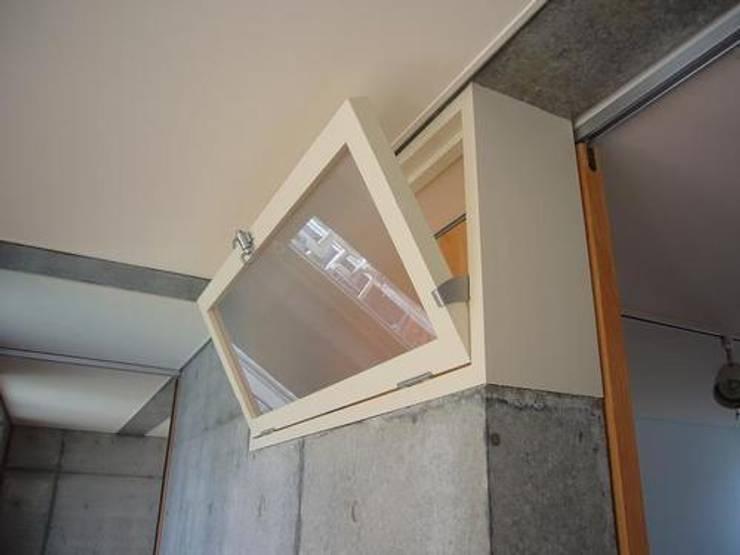 中庭と坪庭のあるガレージハウス: 三浦尚人建築設計工房が手掛けた窓です。,