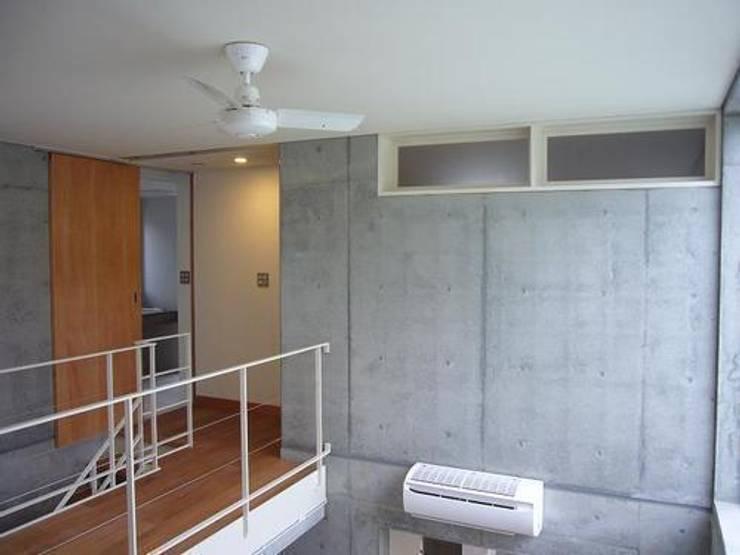 中庭と坪庭のあるガレージハウス: 三浦尚人建築設計工房が手掛けたリビングです。,