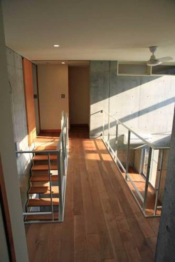 中庭と坪庭のあるガレージハウス: 三浦尚人建築設計工房が手掛けた廊下 & 玄関です。,
