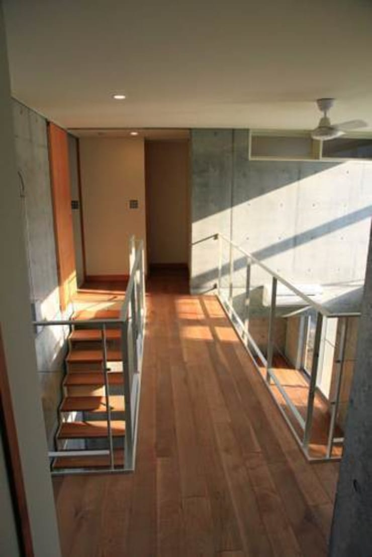 Corridor & hallway by 三浦尚人建築設計工房, Modern
