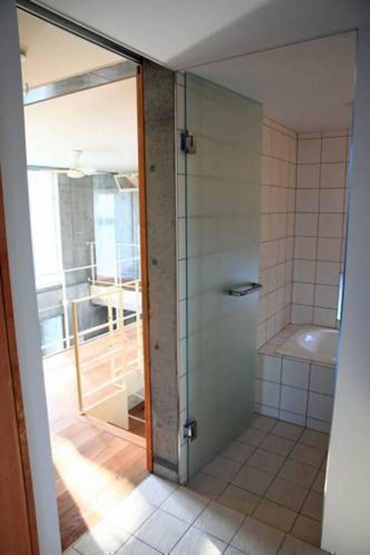 Bathroom by 三浦尚人建築設計工房, Modern