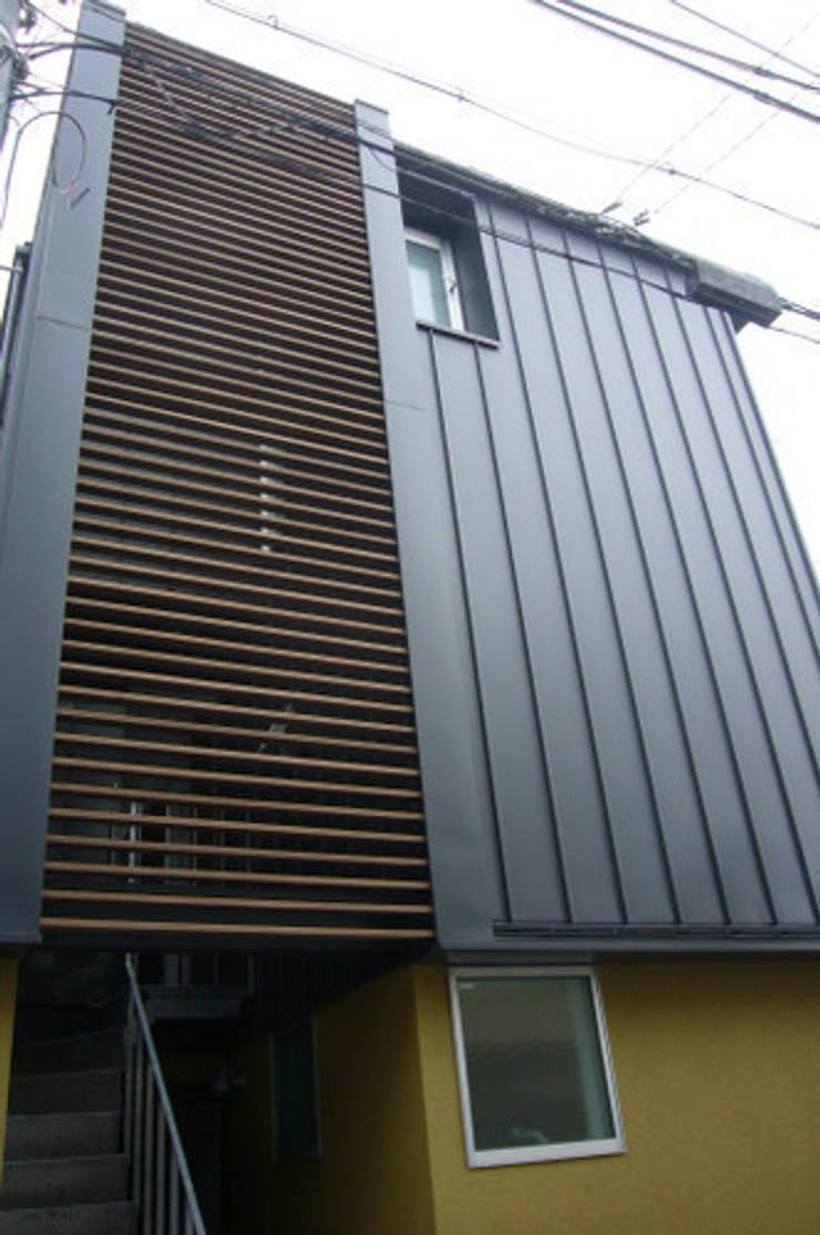 木造三階建て二世帯住宅: 三浦尚人建築設計工房が手掛けた家です。
