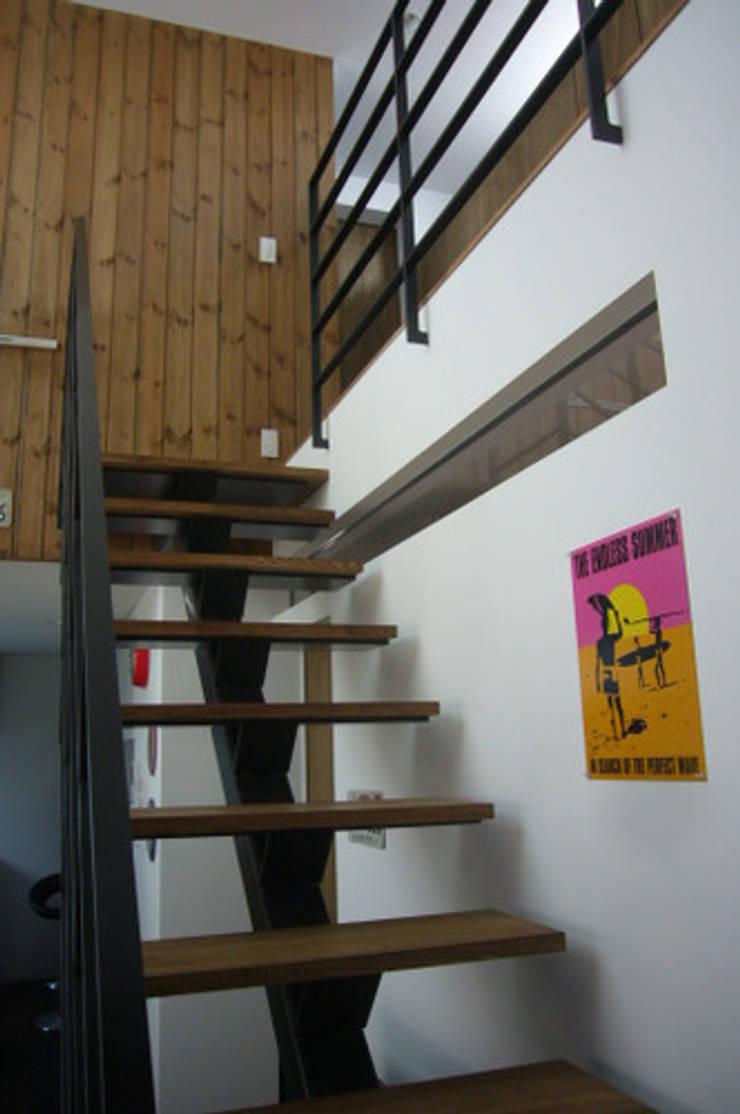 木造三階建て二世帯住宅: 三浦尚人建築設計工房が手掛けた廊下 & 玄関です。
