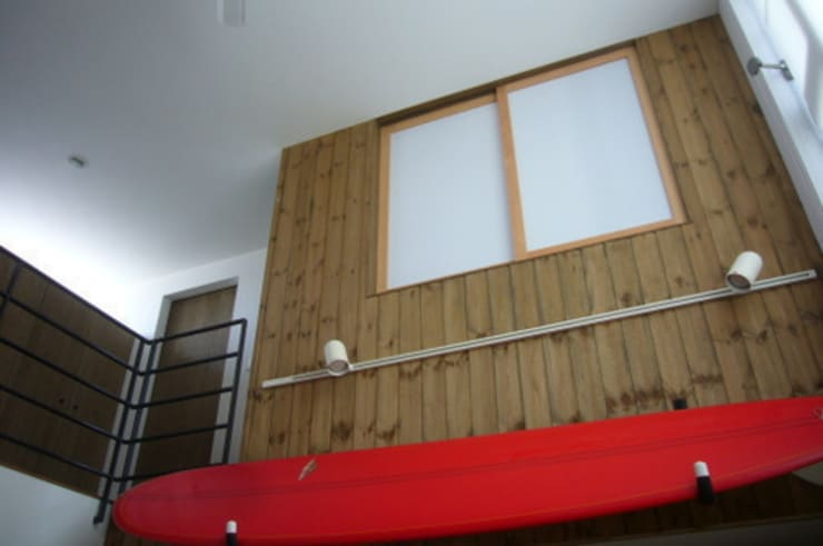 木造三階建て二世帯住宅: 三浦尚人建築設計工房が手掛けたリビングです。