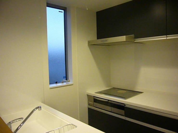 木造三階建て二世帯住宅: 三浦尚人建築設計工房が手掛けたキッチンです。