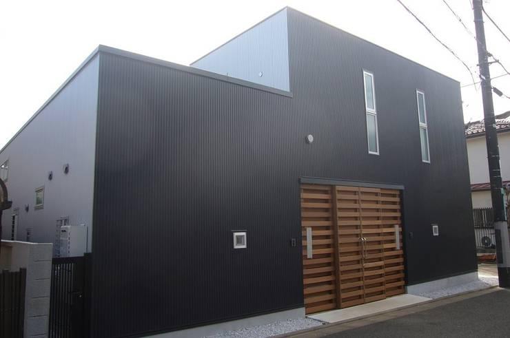 中庭を挟んだ二世帯住宅: 三浦尚人建築設計工房が手掛けた家です。